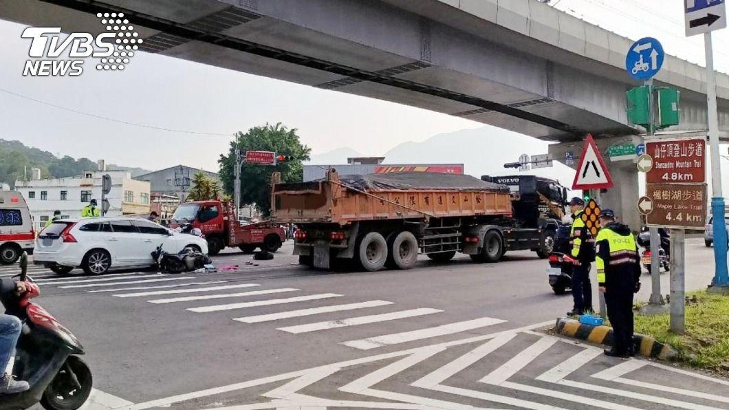 新北淡水發生一起死亡車禍。(圖/中央社) 淡水21歲女騎士擦撞轎車倒地 遭後方砂石車輾斃