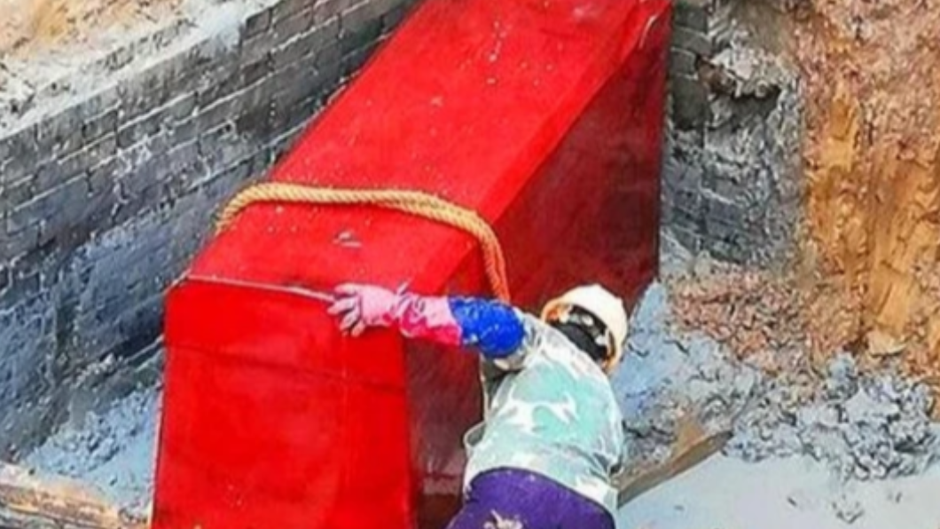 老農從地底下挖出一具紅色棺木。(圖/翻攝自微博)   陸翁挖到「血棺」火燒避凶 專家嘆:22億化為灰燼