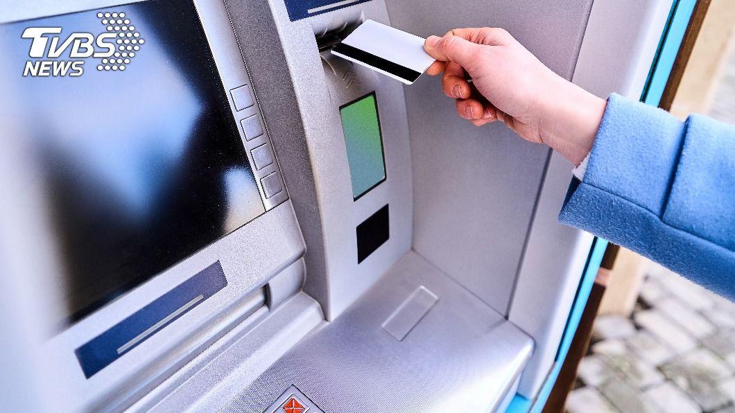 詐騙集團要求被害人前往ATM操作解除分期付款。(示意圖/shutterstock達志影像) 假冒影城客服行騙得手300萬 詐欺集團19嫌遭逮