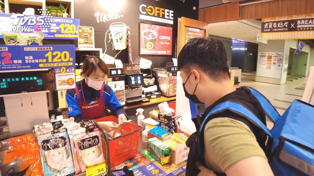 農曆春節期間,各大量販店營業時間皆有調整。(示意圖/TVBS) 小心別白跑!6大超市量販店「春節營業時間」一覽表