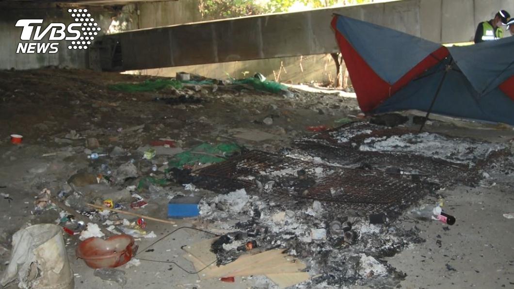 陳男在橋下居住多年,日前被發現遭燒傷送醫搶救不治。(圖/TVBS) 狠燒死街友逃8公里報案 台中女見「悽慘死狀」才認罪