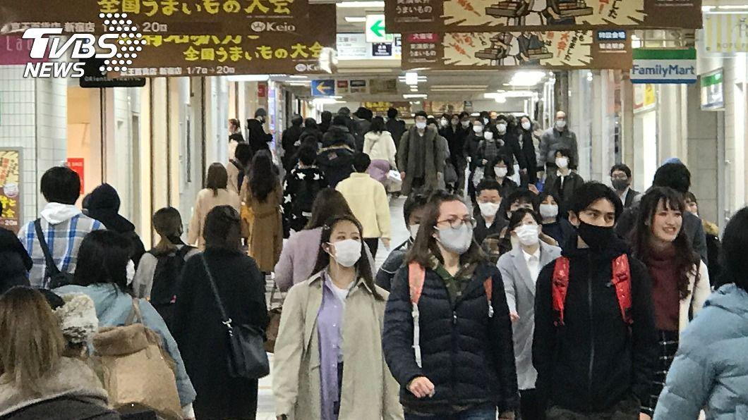 圖為東京新宿車站地下街週末人潮。(圖/中央社) 日本新冠疫情嚴峻 緊急事態宣言恐延長至2月底