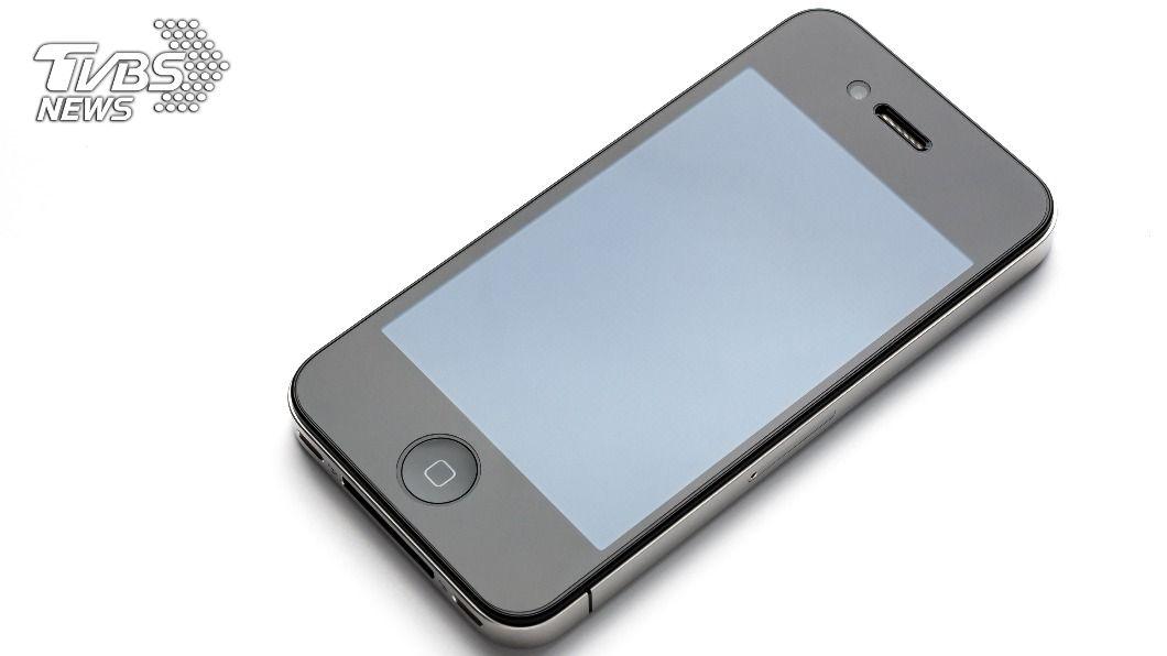男子10年前為了趕流行,不惜到黑市賣腎換錢,來購買當時最新上市的iPhone4S。(示意圖/shutterstock達志影像) 陸少年賣腎換蘋果手機 獲賠635萬下場卻超慘