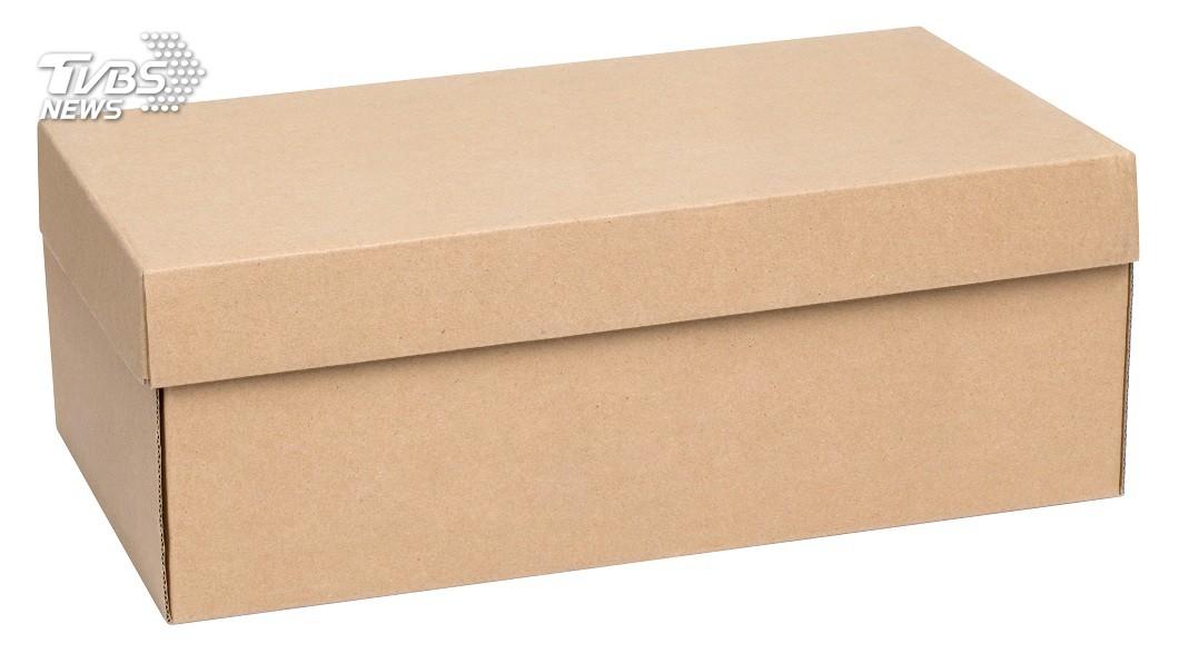 大陸哈爾濱一名教授日前過世火化,他的兒子竟拿鞋盒來裝骨灰。(示意圖/shutterstock 達志影像) 教授父過世火化 陸男拿鞋盒裝骨灰被轟:沒文化