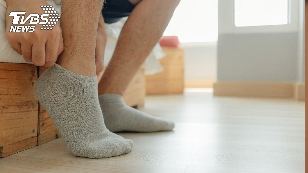 糖尿病患者天冷穿襪子要注意。(示意圖/shutterstock達志影像) 天冷穿襪保暖藏危機 糖尿病患者恐引發足部病變