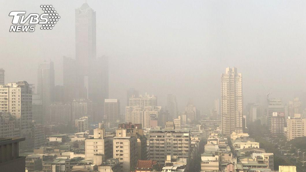 北市今日一片霧茫茫。(示意圖/中央社資料照) 北部空品亮紅燈 北市霧茫茫不見郊區山景
