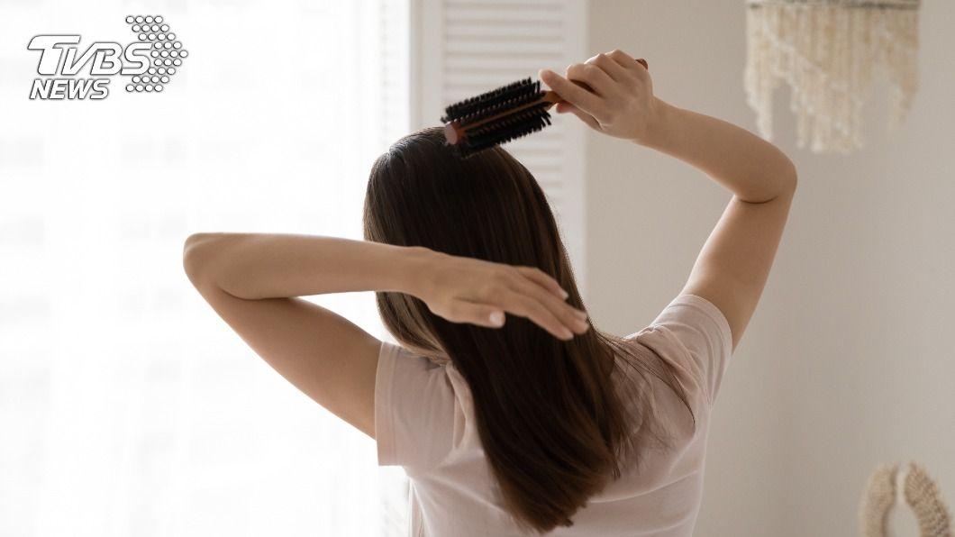 有些人會因落髮、禿髮、白髮等狀況讓自己沒自信。(示意圖/shutterstock達志影像) 頭髮少到沒信心? 專家解析4原因容易落髮、禿髮