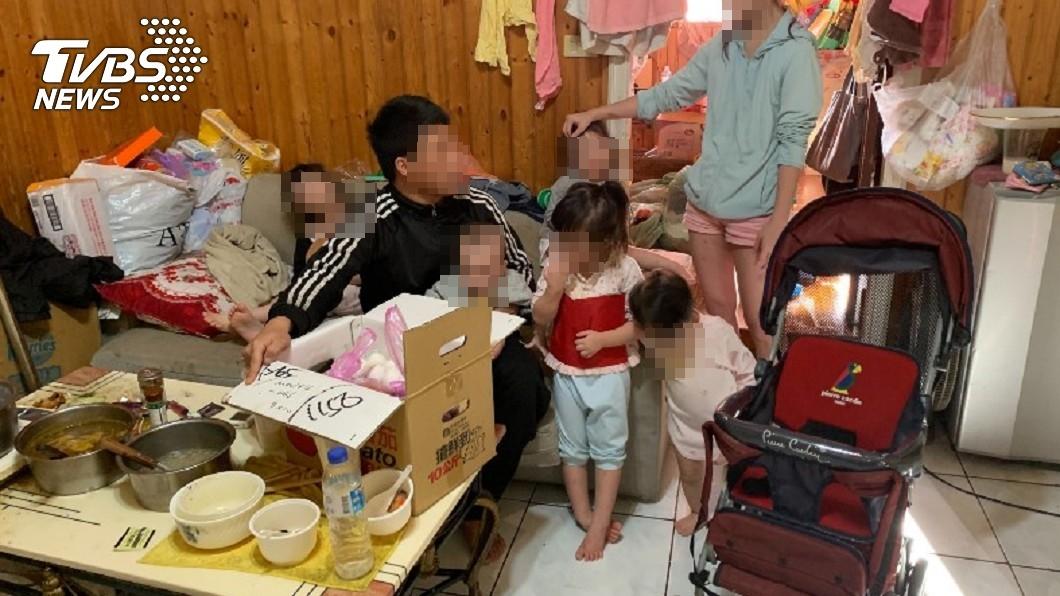 台中5寶爸搬家前,已在房屋裡推下許多雜物。(圖/台中行善團張茗富提供) 5寶爸搬家扛走冰箱「留整屋尿布」 房東怒:憐憫心被糟蹋