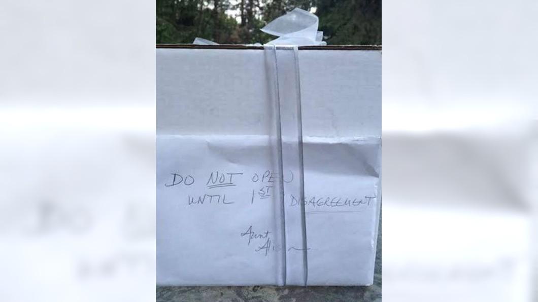 美國一對夫妻結婚時收到姑婆送的禮物,對方寫了字條交代,等到他們吵架了才能打開。(圖/翻攝自臉書社團「Love What Matters」) 姑婆送結婚禮物「吵架才能開」 美夫妻9年後拆封淚崩