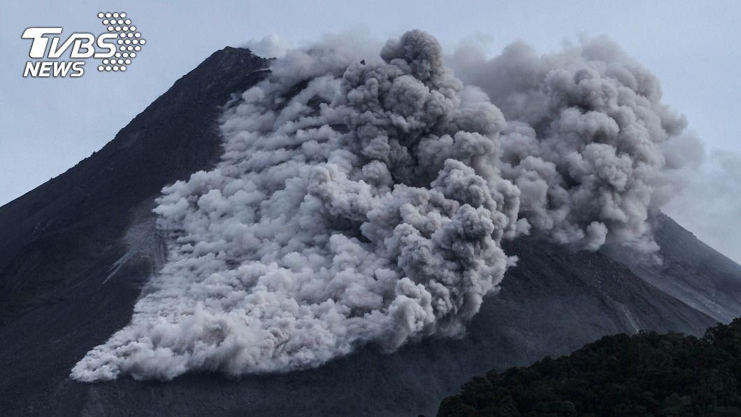 印尼梅拉比火山噴發,當局警告恐有熔岩流。(圖/達志影像路透社) 印尼梅拉比火山噴發 巨大灰雲直竄天際