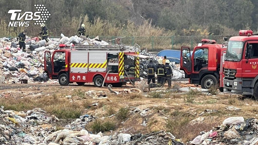 金門新塘垃圾場發生火警。(圖/中央社) 金門垃圾場大火悶燒 消防緊急阻斷成功撲滅