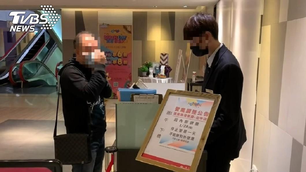 漢來海港台中店門口貼出停業1天公告。(圖/TVBS) 驚!49人「吃完台中漢來海港」嘔吐腹瀉 遭勒令停業