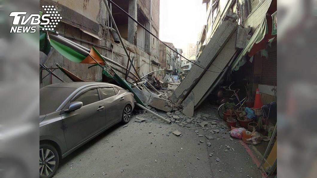 高雄前今日戲院牆坍塌 滿地碎石如災難片