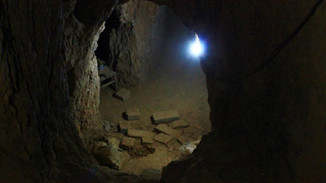 老翁花費2年時間挖出千年地道。(圖/翻攝自搜狐新聞) 屋內驚現神祕洞穴! 陸翁挖出「千年地道」