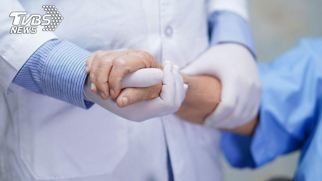 面對無法救治的病人,關懷是最好的處方。(示意圖/shutterstock達志影像) 洗腎夫腦幹出血 妻求醫放棄急救:救不了病患要救家屬