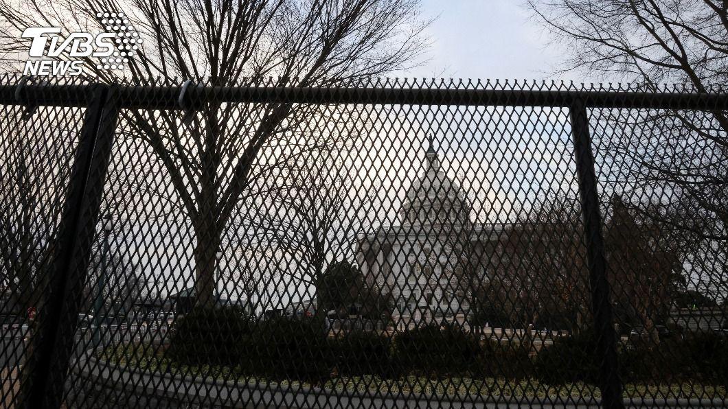 美國國會大廈外設柵欄維安。(圖/達志影像路透社) 警方籲美國會設永久圍欄 裴洛西稱敵人就在眾院內