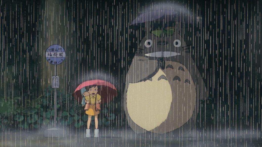 《龍貓》姐妹小月與小梅在公車站遇見龍貓的經典鏡頭。(圖/中央社) 《龍貓》還傘戲份遭刪有原因 宮崎駿暖心解謎
