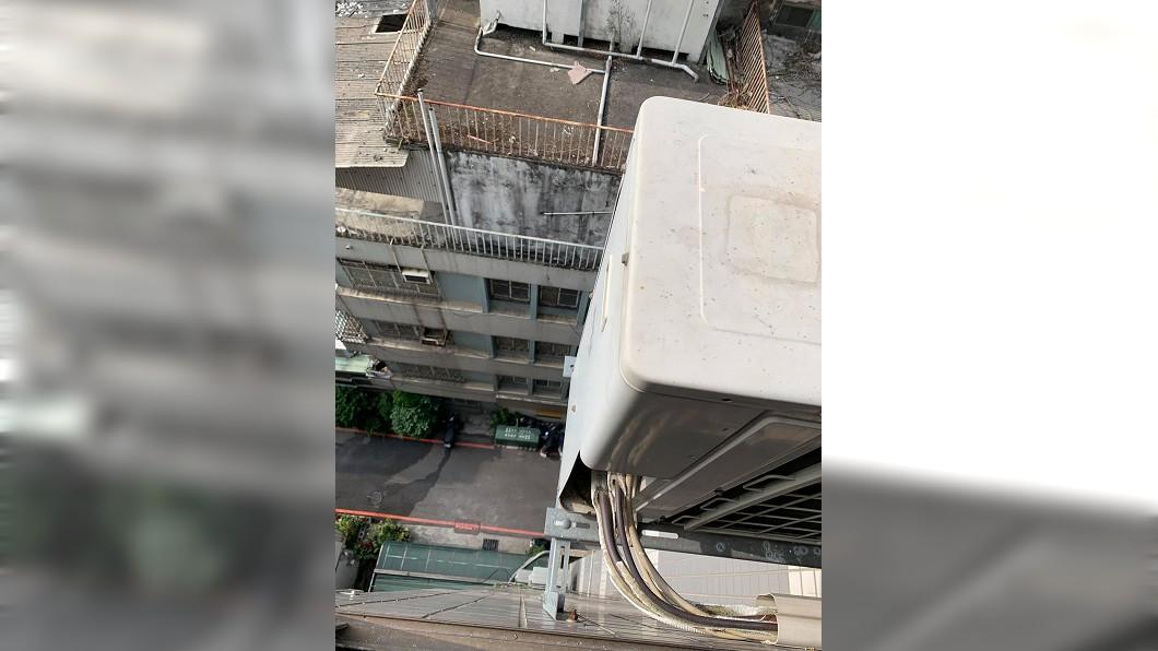 男子得冒生命危險站在8樓高外牆施工。(圖/翻攝自「爆怨公社」) 做工命賤?零防護攀高樓作業 「多收5百」被嫌貴