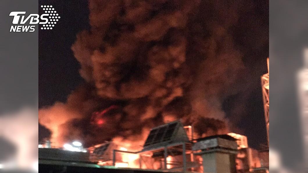 林園工業區發生大火。(圖/TVBS) 高雄林園工業區大火!塑化劑廠房狂燃「夜空一片橘」