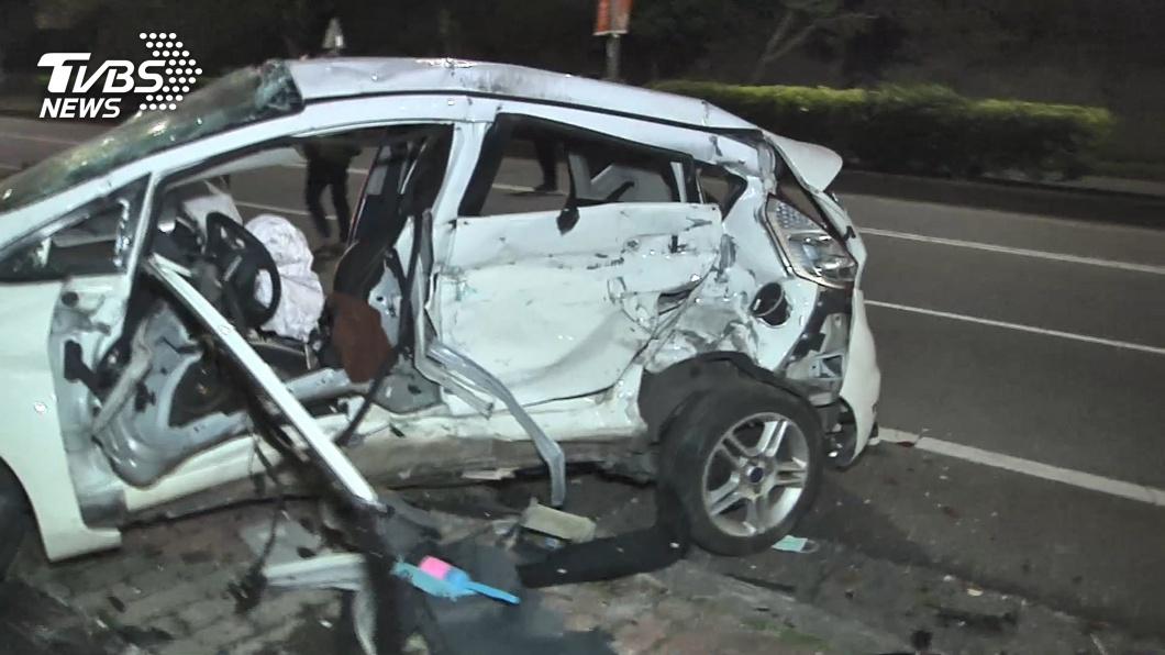 (圖/TVBS) 2男高速飆北海岸「過彎失控」自撞 噴出車外當場雙亡