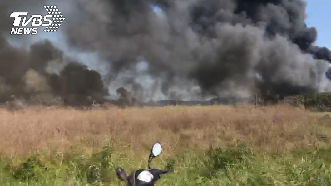 桃園國際機場附近發生火警。(圖/TVBS) 桃機附近驚傳大火!濃煙直竄數公里蔓延跑道