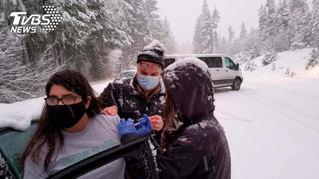 美國運送疫苗遇暴雪 靈機一動公路就地接種