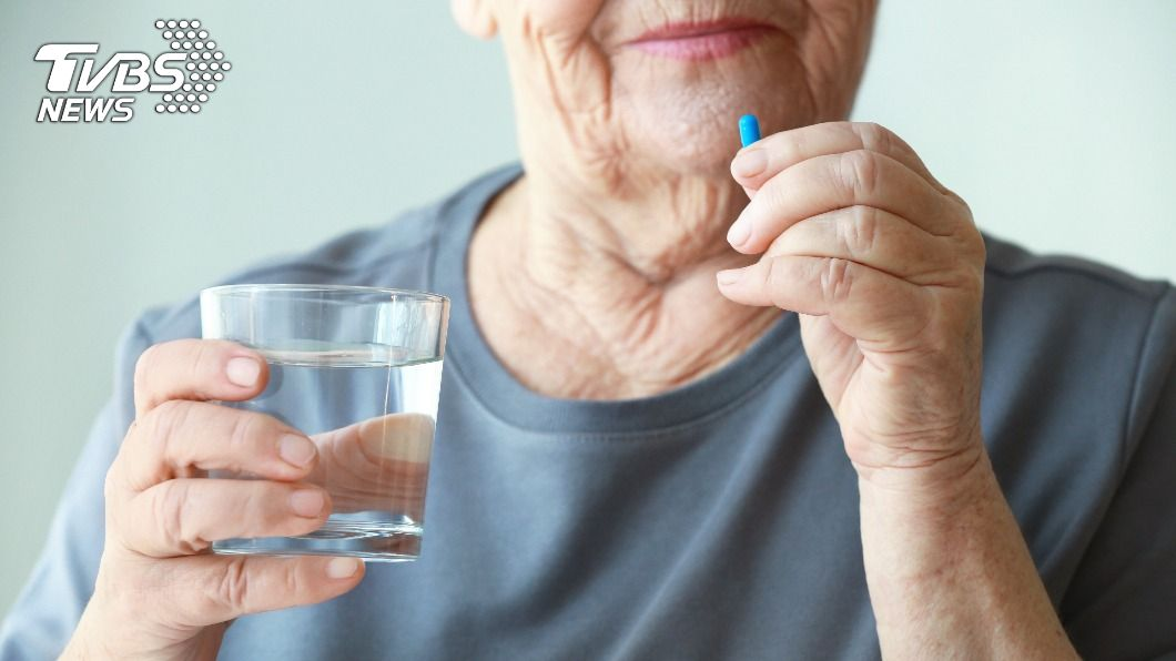 一名媳婦為了提醒婆婆吃藥,在藥袋上畫出超易懂圖案。(示意圖/Shutterstock達志影像) 婆婆看嘸藥袋字「媳畫作息圖」秒懂 網讚爆:超用心