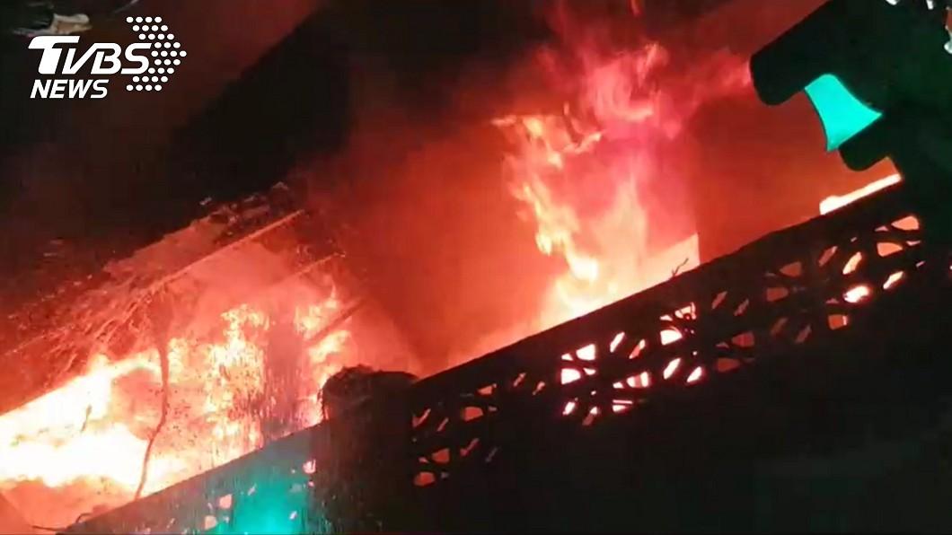 基隆民宅傳出火警。(圖/TVBS) 爆炸聲不斷!基隆民宅火警竄濃煙 樓梯間「尋獲焦屍」