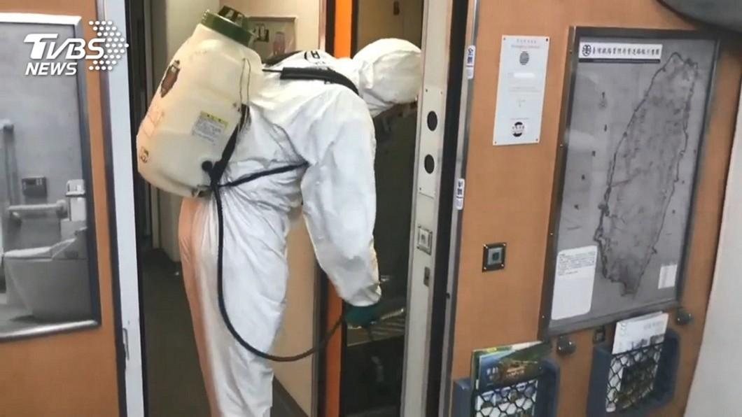 台鐵列車日前全面消毒。(圖/TVBS資料照) 驚爆第2家感染!「女列車長也去過」平鎮某醫院獲證實