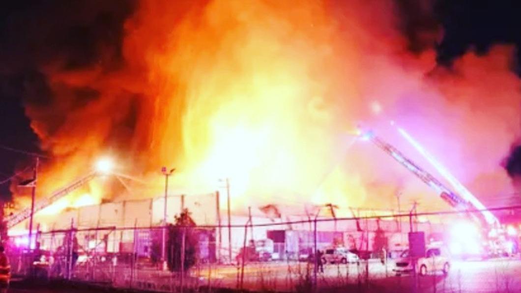 圖/翻攝自Rutherford Police twitter 冰與火夾擊 美工廠大火因低溫殘骸結冰柱