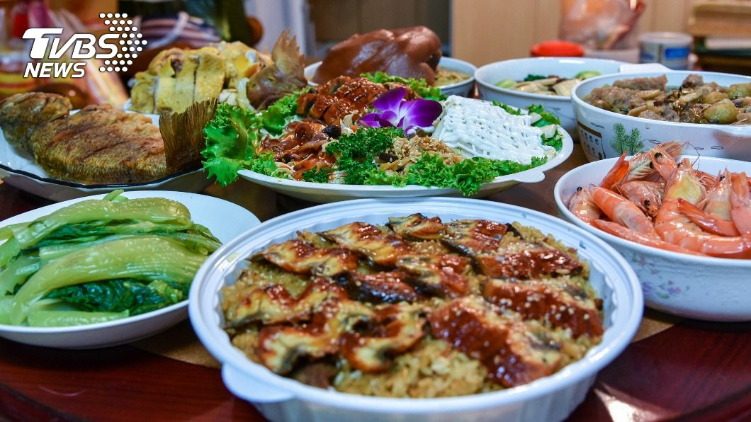 過年期間從除夕開始,不少人餐餐大魚大肉導致時常吃太飽。(示意圖/Shutterstock達志影像) 過年大魚大肉吃太飽 按「助消化4穴道」輕鬆解脹氣