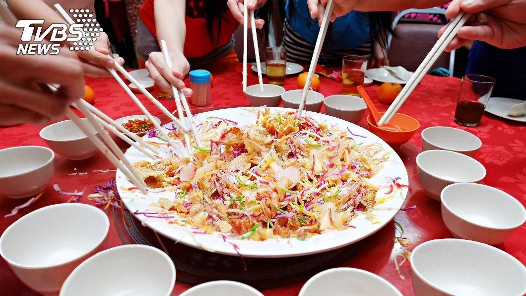 撈生是星馬特別的過年習俗。(示意圖/Shutterstock達志影像) 香港過年紅包只有70元 6國「春節特色」長知識