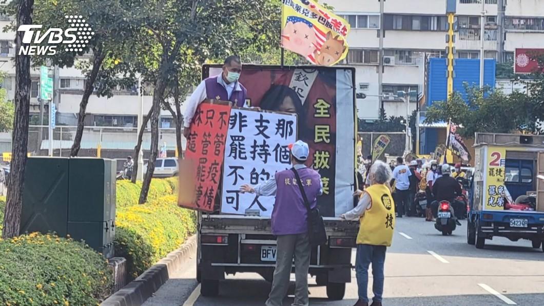 罷捷總部車隊遊行出現不雅字眼看板。(圖/TVBS) 民進黨促為歧視女性道歉 罷捷總部重申非授意