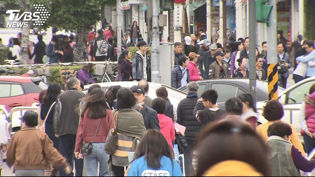 農曆新年假期即將到來,不少民眾已計畫會外出走走和旅遊。(圖/TVBS資料畫面) 公司強迫扣特休「過年放11天」 網反稱羨:想請卻不敢