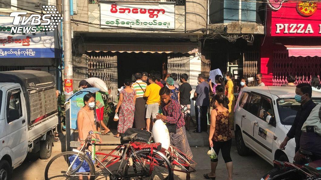 緬甸民眾至超市搶購民生用品。(圖/達志影像路透社) 緬甸軍方發動政變 仰光主要道路封鎖超市現搶購潮
