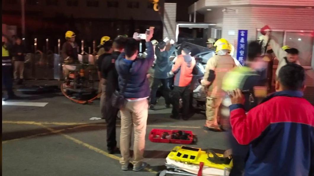 圖/TVBS 台南安南區重大車禍 汽車自撞工廠五死一命危