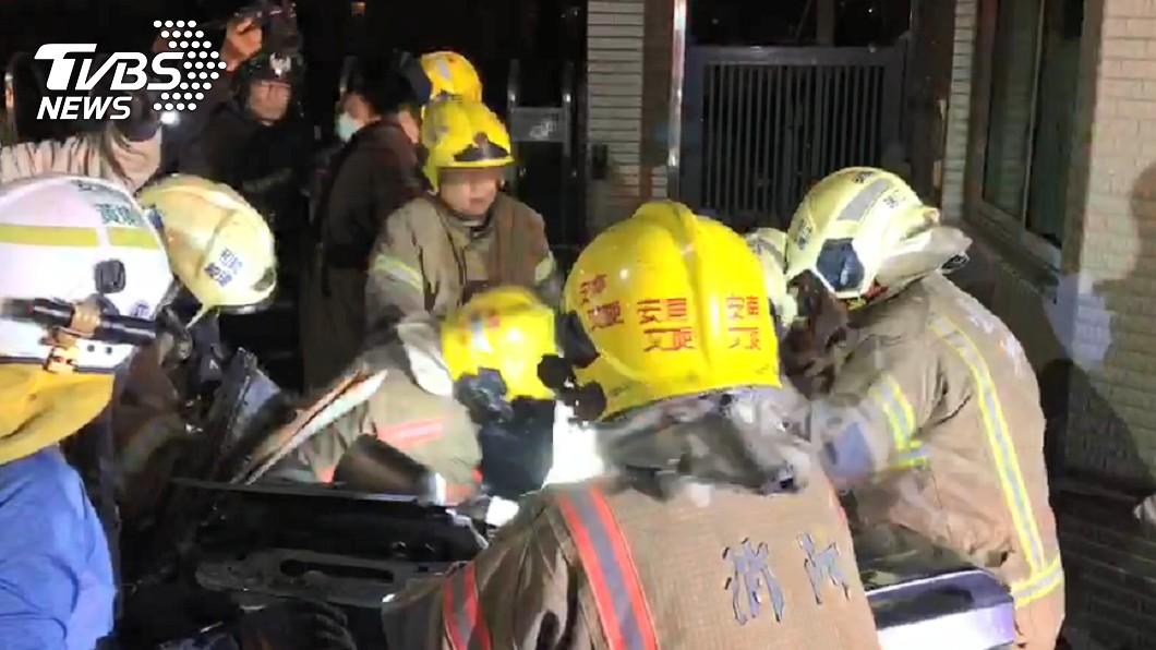 警消獲報趕往現場救援。(圖/TVBS) 台南驚傳重大車禍 轎車衝撞工廠「全車6人扭曲慘死」