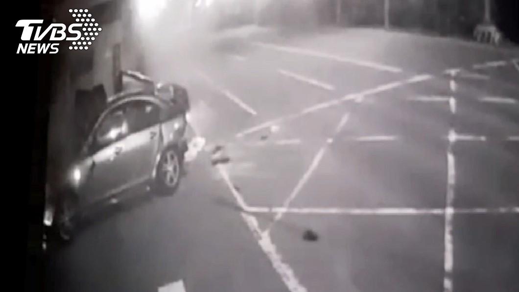 台南發生一起死亡車禍。(圖/TVBS) 台南台江大道汽車疑自撞釀6死 警初判車速過快