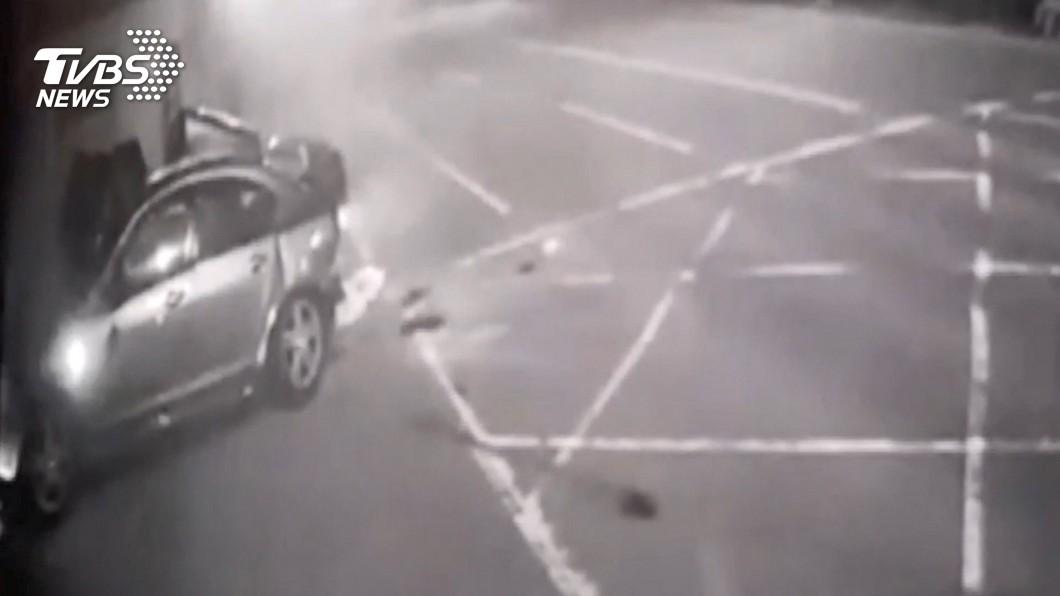 台南轎車失控撞塑膠工廠 車上6人送醫不治