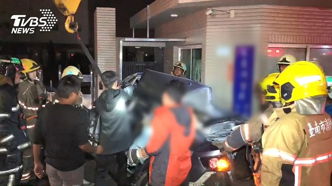 台南安南區死亡車禍,導致3對情侶6人傷重身亡。(圖/TVBS) 18歲侄命喪台江大道 姑丈批「設計不良」擬提國賠