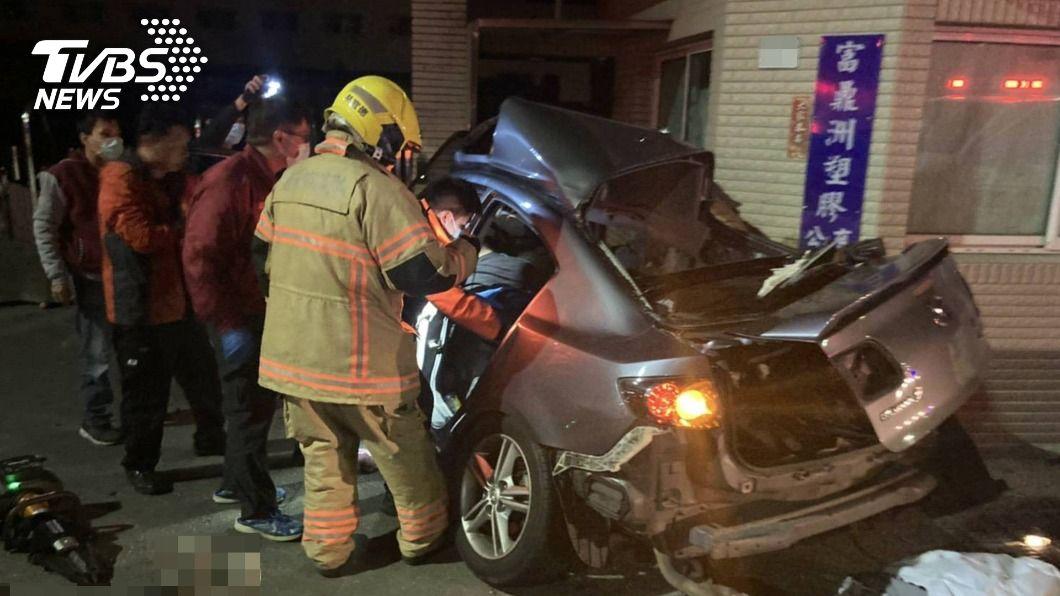 台南市發生汽車自撞事故。(圖/中央社) 台南汽車自撞釀6人亡 南檢判死於頸椎斷裂、氣血胸