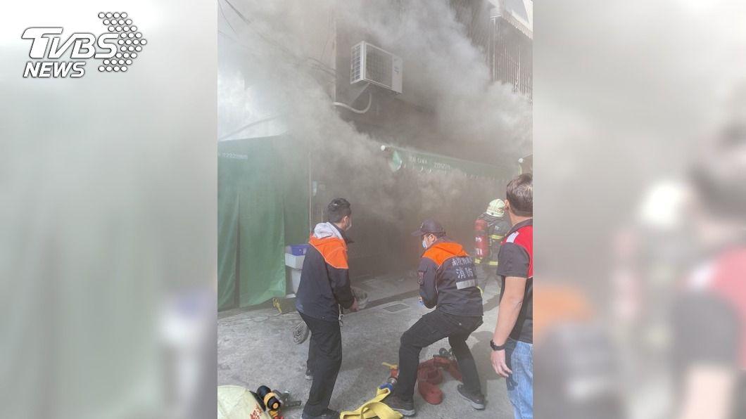 (圖/中央社) 南投市鬧區住宅火警 高齡老婦受困救出搶救仍不治
