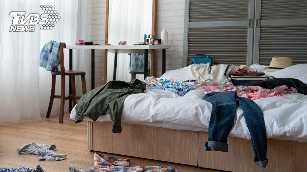 髒衣物丟床上容易造成病毒沾染。(示意圖/shutterstock達志影像) 衣服別再丟床上!醫親授3招防疫「小撇步」杜絕病毒