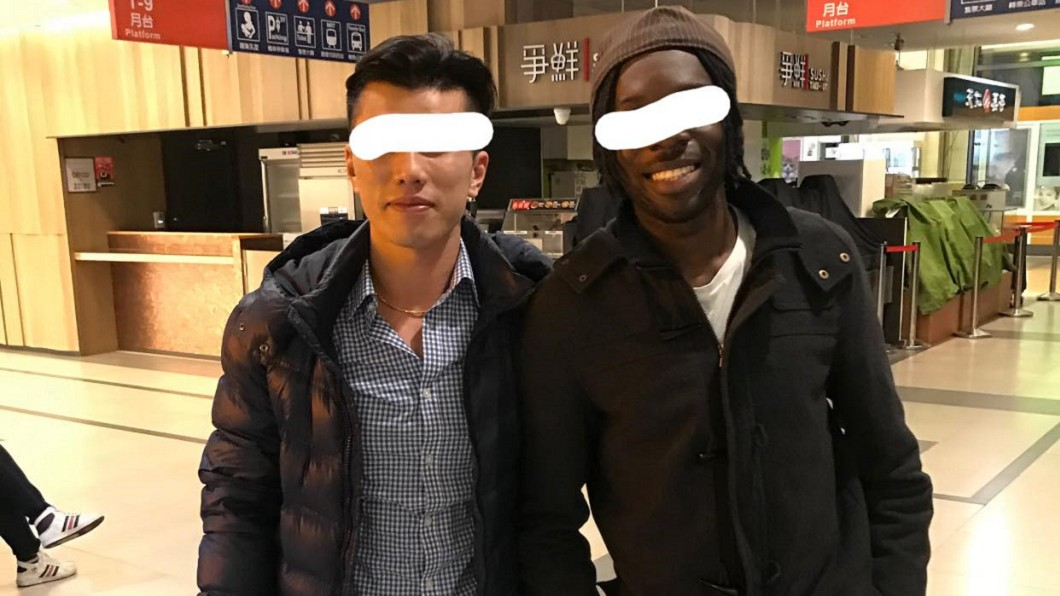 男網友和居住在台十多年的非裔美籍友人。(圖/翻攝自「爆怨2公社」) 陌生少年歧視膚色 非裔男「淡定回台語」全場讚翻