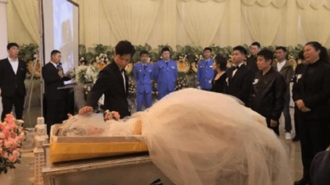 大陸一名男子1年多前在殯儀館內,為亡妻舉辦一場結婚儀式。(圖/翻攝自搜狐新聞) 陸男殯儀館補辦婚禮送亡妻 1年後收岳母律師信