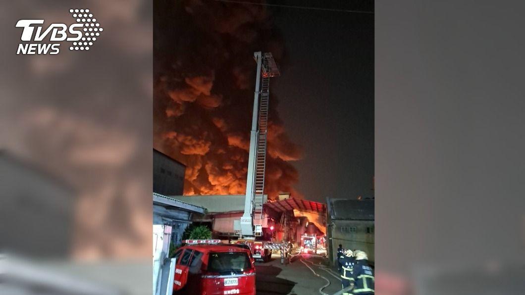 嘉義市一間鐵皮塑膠工廠凌晨發生火警。(圖/中央社) 嘉市鐵皮塑膠工廠火警 濃煙竄天1人緊急逃出