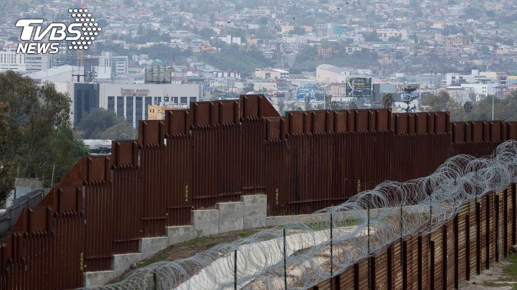 圖為美國與墨西哥邊境圍牆。(圖/達志影像路透社) 要放緩移民政策又要防偷渡激增 拜登如履薄冰
