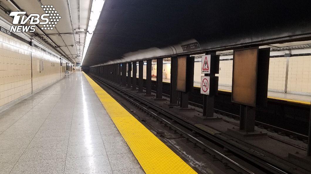 補習班勵志標語被貼在月台附近。(示意圖/shutterstock達志影像) 鼓勵考生往前「邁一大步」?日補習班廣告貼在月台邊