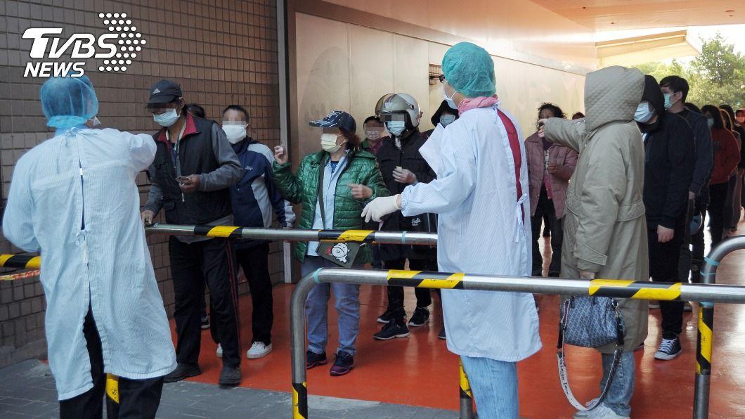部桃約2100名員工、外包人員排隊等待採檢。(圖/中央社) 桃園醫院清零計畫啟動 3天內採檢約2100人