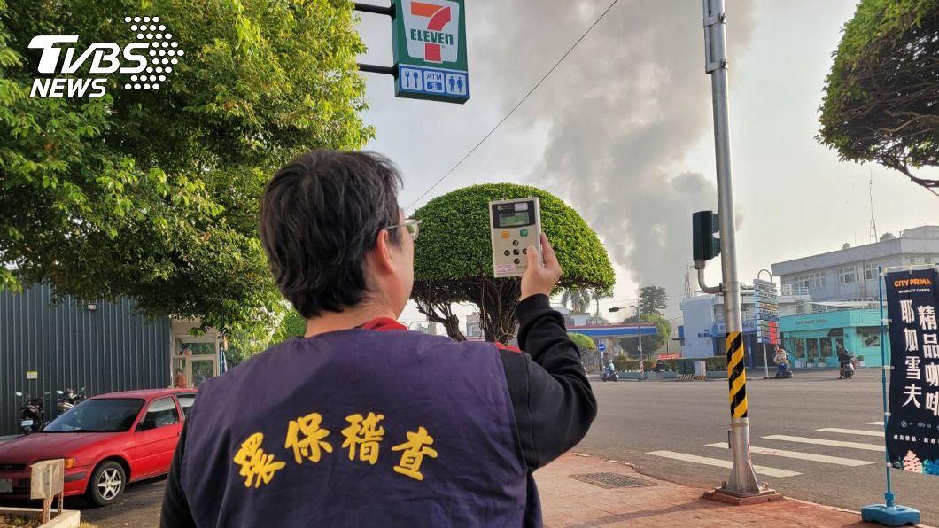 (圖/中央社) 塑膠工廠火警濃煙臭味飄散 嘉市空氣品質達紅害